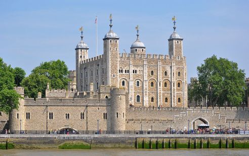 800px-Tower_of_London_viewed_from_the_River_Thames tower photo